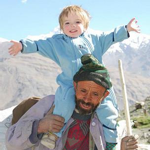 Charlie, en los hombros de un afgano