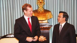 Thứ trưởng Ngoại giao Anh Jeremy Browne gặp Trưởng ban Đối ngoại Trung ương Đảng ông Hoàng Bình Quân
