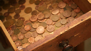 centavos en un cajón