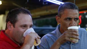 Obama bebiendo cerveza