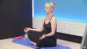 Una mujer haciendo yoga