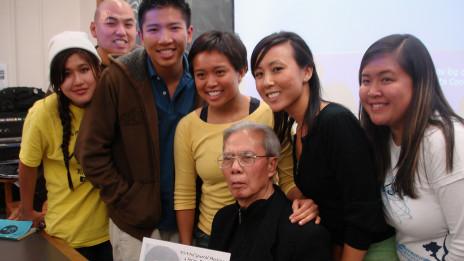 Thi sỹ Nguyễn Chí Thiện và sinh viên Berkeley, tháng 11-2007 (ảnh Bùi Văn Phú)