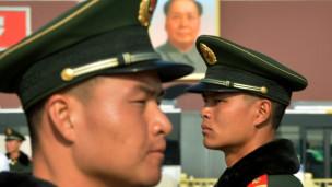 Cảnh vệ Trung Quốc đứng gác trong Đại hội Đảng 18