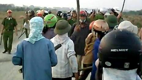 Người dân Văn Giang chống lại thu hồi đất hồi tháng Tư năm 2012