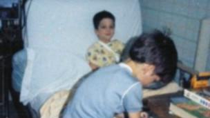 Steve Pete e seu irmão, em um hospital