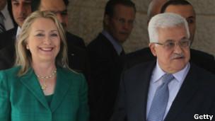 La Secretaria de Estado estadounidense, Hillary Clinton junto al presidente palestino, Mahmud Abbas