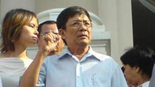 Ông Huỳnh Tấn Mẫm trong một lần đi biểu tình hồi năm 2012