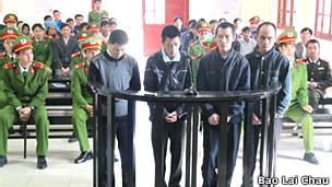 Các bị cáo tại tòa (ảnh của báo Lai Châu)