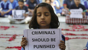 Niña protesta contra violaciones en India