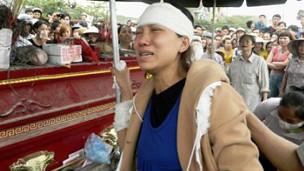 Vợ Nguyễn Tuấn Anh thương khóc bên quan tài