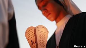 Religiosa sostiene imagen del monseñor Romero
