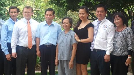 Ông Hoàng Duy Hùng (trái)