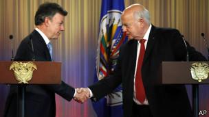 Juan Manuel Santos e José Miguel Insulza após apresentação do relatório em Bogotá