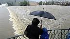 Một gia đình nhìn nước ngập trên sông Vltava