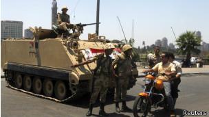 Tanques en las calles de El Cairo