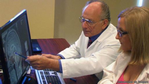 El profesor Barry R. Komisaruk analiza los resultados de su investigacion sobre los efectos del orgasmo en el cerebro de la mujer