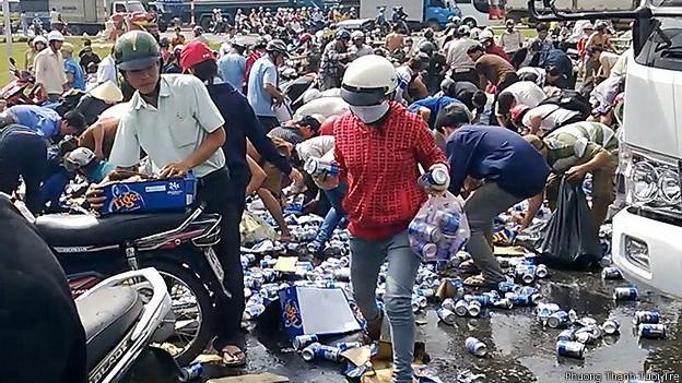 Người dân hôi bia - ảnh của Phương Thanh/Tuổi Trẻ