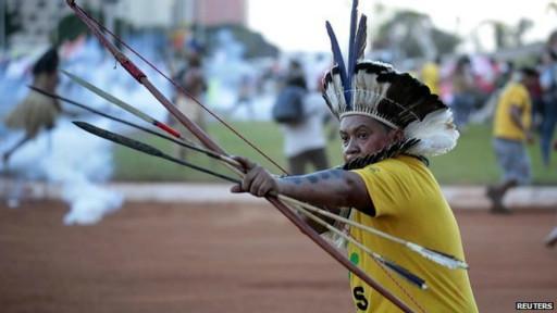 Indígena apunta su arco y flecha en una protesta en Brasilia
