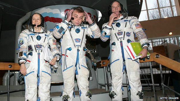 Esther Dyson con los astronautas Maxim Surayev y Jeffrey Williams