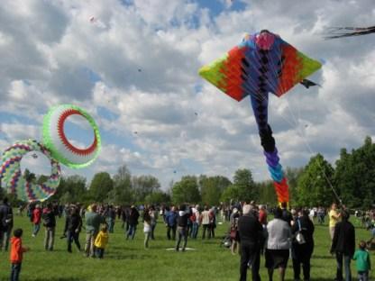 Das schöne Wetter und die bunten Drachen locken viele Besucher an