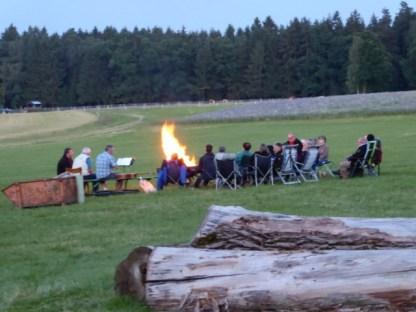 Alle trafen sich zum abendlichen Lagerfeuer