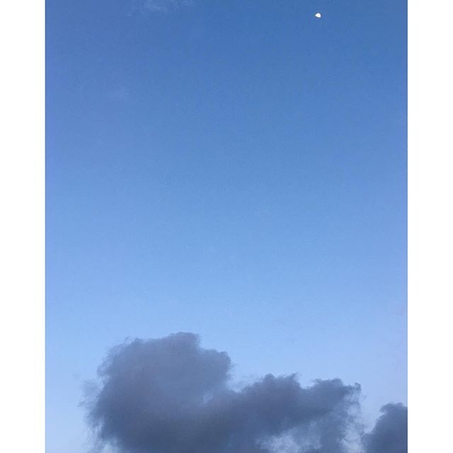 月は東に、日は西に。今日もお疲れ様です。#イマソラ #サッキノソラ #mysky #sky #sunset #moon #evening #アメアガリノソラ #雨アガリ #blue #cloud