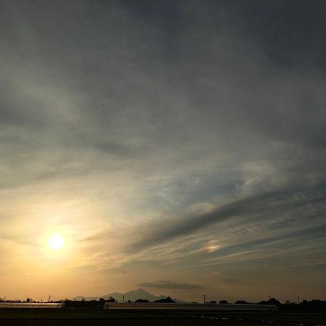 今日はいい事あって、空にもいい兆しが太陽の右に「幻日」が現れました!みなさんにもいい明日が訪れますように #イマソラ #mysky #sky #sun #sunset #parhelic #circle #clouds #fine #wind#windy #goodluck