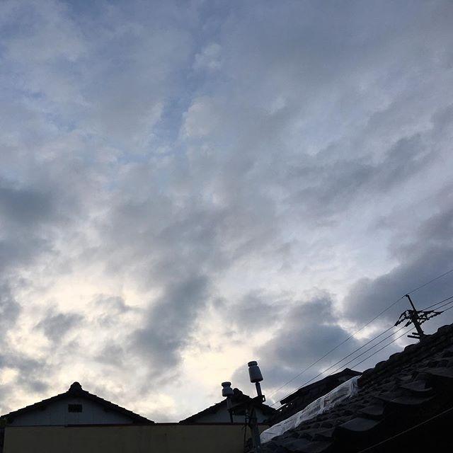 おはようございます。今日は徹夜明け。とうとううちの屋根にもビニールシートがかかりました。後になって発覚することもありますね。しばらくはこれで様子見です。余震、おさまりますように。#イマソラ #mysky #sky #sunrise #clouds #morning #japanese #roof #kumamoto #japan #2016