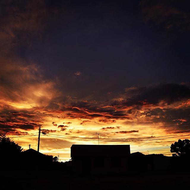 夕方に明るくなり外に出てみると、燃えるような夕暮れ。そして、久しぶりにあの場所へ走った。何がショックって、家がなくなっていたことだよ。寄っかかって写真を撮ったあの塀、冬のあの夕方に暖かかったあの塀、何もない。何よりも気づかなかった自分に、ずっと変わらないと思っていた自分にショックだよ。#イマソラ #mysky #sky #sunset #evening #nothing #emptyplace #cloud #sad #summer #2017