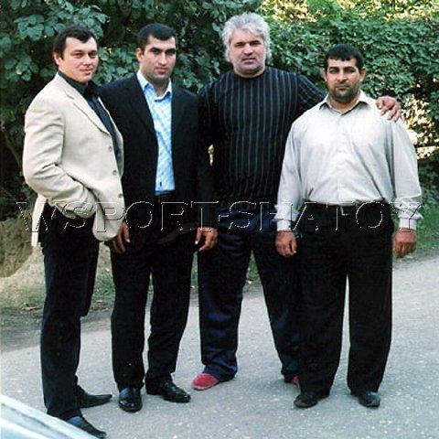 Муслим Гапуев, знаменитый чеченский каратист Лечи Курбанов, Руслан Тарамов, мастер спорта международного класса по пауэрлифтингу Тимур Магомадов.