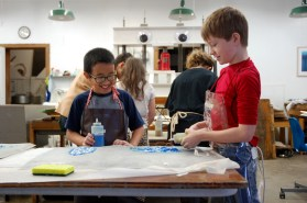 Using the theme of weather, elementary school students learn to use pulp paint