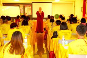 2014年4月26日、27日,在台灣雷藏寺所舉行的首屆「大專超生命活力成長營」,由真佛宗博士教授團授課,精彩成功。圖為蓮耶上師上課一景