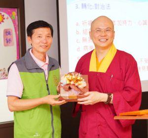 2014年4月26日、27日,在台灣雷藏寺所舉行的首屆「大專超生命活力成長營」,由真佛宗博士教授團授課,精彩成功。圖為頒發小禮物感謝授課的蓮寧上師