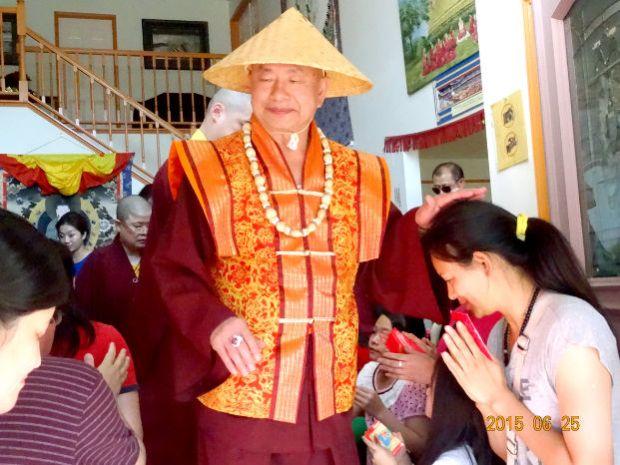 圖為蓮生聖尊在西雅圖雷藏寺圖書館加持弟子p1065-13-06