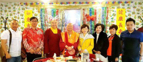 圖為師尊、師母與印尼共餐的弟子合影p1125-16-04