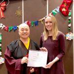 圖為蓮慈上師頒發「李木樹紀念獎學金」與獲獎人代表Alyssa Howren合影p1141-10-03