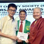 圖為頒發助學金給得獎學子p1141-15-04