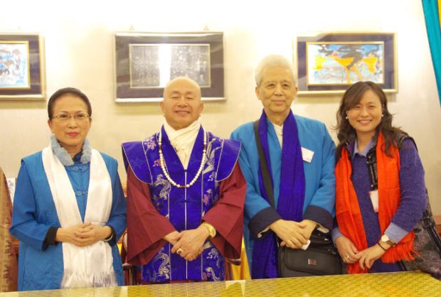圖左起貴賓鄭何瑞燕、師尊、鄭正威先生與另一名貴賓合影p1152-10-04