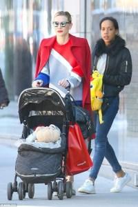 奧斯卡影后凱特布蘭琪(Cate Blanchett)日前在紐約帶著女兒上街採購,被媒體捕捉到。即使帶著墨鏡還推著娃娃車,依舊散發強烈的時尚氣場,讓粉絲不禁讚嘆:「不意外,女神不愧是女神!」p1152-a5-04Web only