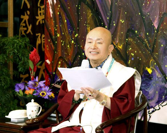 圖為師尊手拿將出版的佛學漫畫手稿p1154-12-01