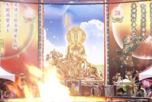 圖為戶外莊嚴的地藏王菩薩法相,護摩火光明吉祥p1155-01-00