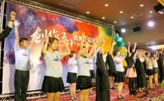 圖為師母與「陽光舞供團」表演。