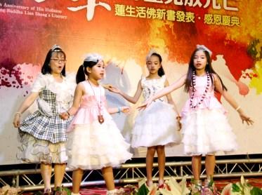 圖為小佛子們唱歌跳舞供佛。