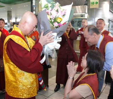 圖為善覺同修會代表向蓮生法王敬獻鮮花