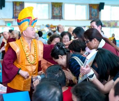 圖為師尊慈悲摩頂加持善信佛子