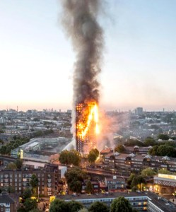 倫敦高樓遭大火吞噬濃煙竄天 p1165-a1-02
