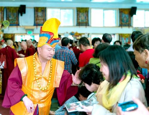 圖為蓮生法王慈悲加持善信佛子。 p1166-06-02