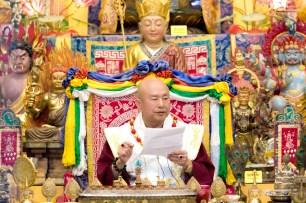 2017年6月17日晚間,美國西雅圖雷藏寺恭請當代法王蓮生活佛盧勝彥主持蓮花童子同修會,四眾弟子齊聚。圖為師尊接受古師兄懺悔。