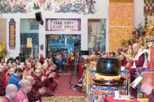 2017年6月17日晚間,美國西雅圖雷藏寺恭請當代法王蓮生活佛盧勝彥主持蓮花童子同修會,四眾弟子齊聚。圖為師尊唸古師兄的懺悔信;前跪者為古師兄。