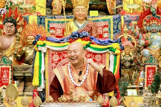 2017年7月1日晚間,美國西雅圖雷藏寺恭請蓮生法王盧勝彥主持週六會同修,同修本尊是西方極樂世界教主阿彌陀如來,善信護持。圖為蓮生法王盧勝彥。